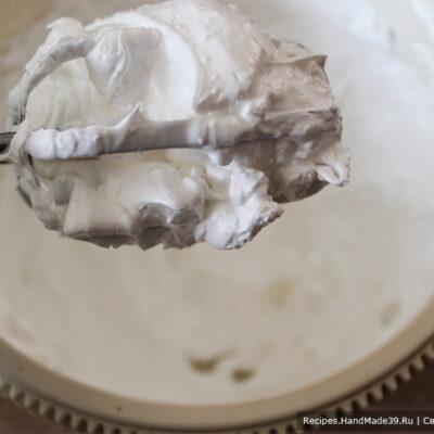 Зефир из красной смородины – фото шаг 12. Взбить сахар и белок до устойчивых пиков