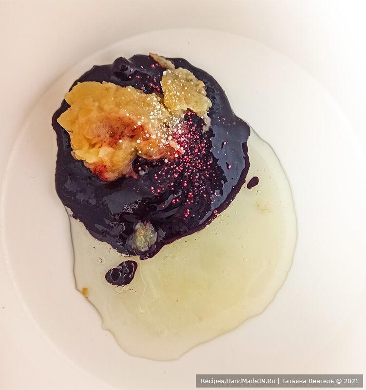 Черничный зефир – фото шаг 3. Поставить водяную баню на огонь, сверху установить дежу, в которую поместить яичный белок и черничное пюре + яблочное пюре, щепотку лимонной кислоты