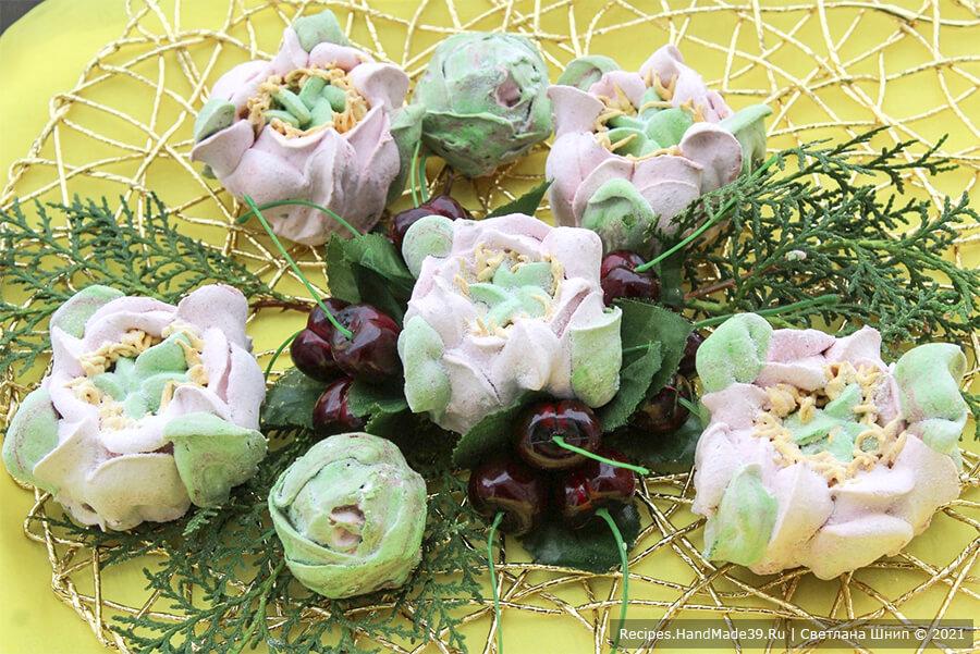 Вишнёвый зефир «Цветы» – фото шаг 13. По желанию готовые зефирки склеить попарно. Обвалять в сахарной пудре. Приятного аппетита!