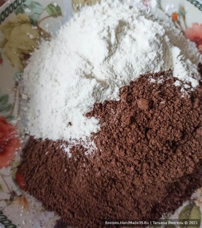 Шоколадный торт с черничным муссом – фото шаг 2. Отдельно соединить муку с какао и разрыхлителем