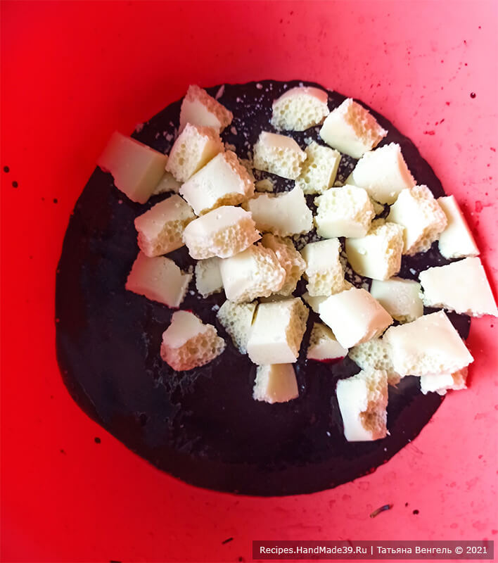 Шоколадный торт с черничным муссом – фото шаг 7. Чернику пробить блендером. В черничное пюре можно добавить сахар, прогреть массу до растворения сахара. Добавить белый шоколад, перемешать до растворения шоколада