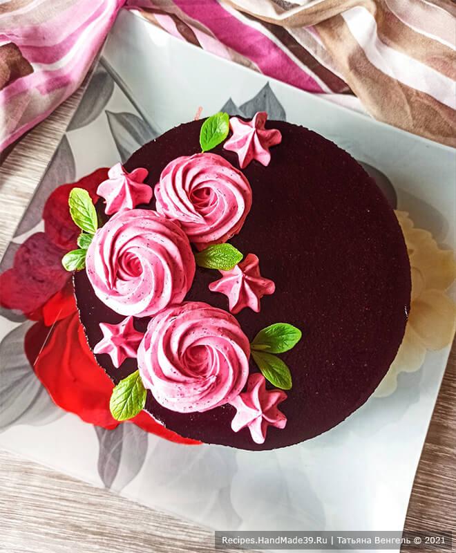 Шоколадный торт с черничным муссом – фото шаг 17. Украсить торт по своему вкусу. Приятного аппетита!