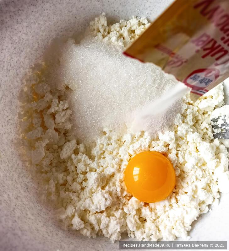 Булочки с творожной начинкой – фото шаг 7. Творог соединить с яичным желтком, сахаром, ванильным сахаром