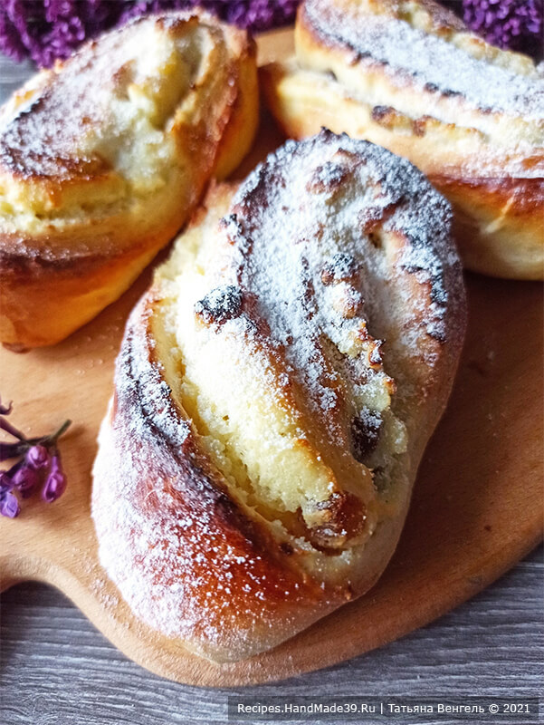 Булочки с творожной начинкой – фото шаг 16. Выпекать булочки-завитушки около 12-15 минут в духовке, разогретой до температуры 180 °C. Готовые булочки можно посыпать сахарной пудрой. Приятного аппетита!