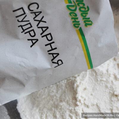 Печенье «Гнёзда» – фото шаг 2. Добавить разрыхлитель для теста, соль, сахарную пудру