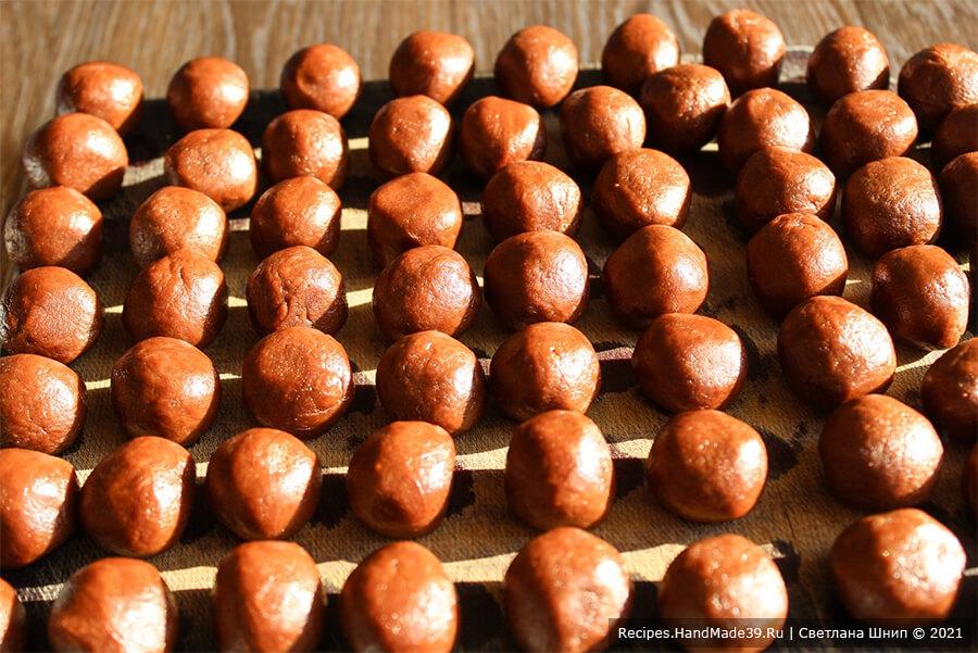 Печенье «Гнёзда» – фото шаг 9. Из теста скатать небольшие шарики ⌀ 2 см
