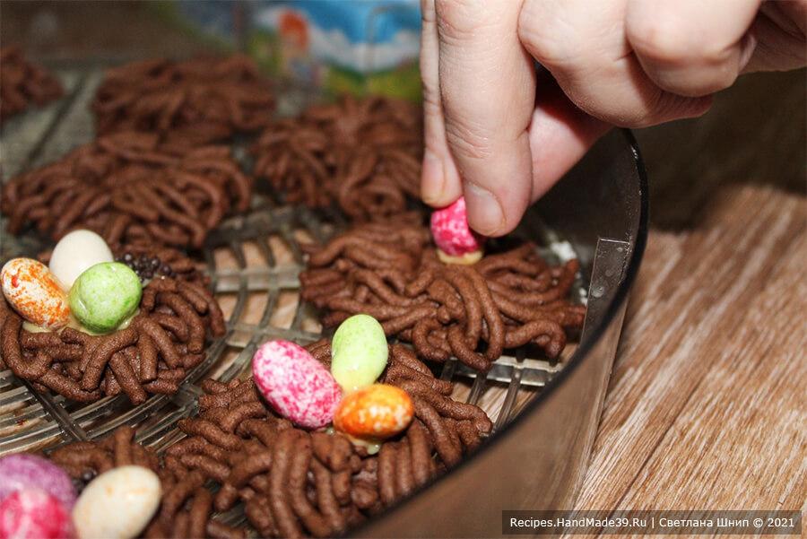 Печенье «Гнёзда» – фото шаг 14. Украсить арахисом в цветной глазури