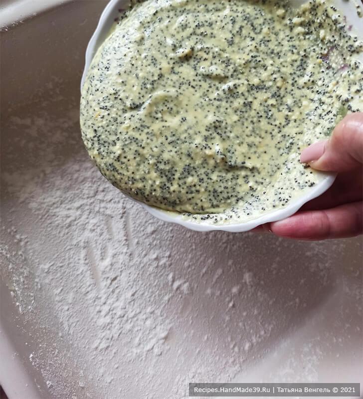 Творожная запеканка без муки – фото шаг 7. Форму для выпекания смазать маслом и присыпать мукой. Вылить тесто с маком