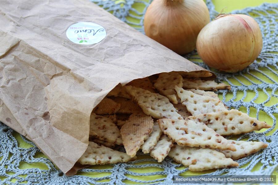 Луковые крекеры – фото шаг 11. Выпекать луковые крекеры 8-15 минут при температуре 200 °C до золотистого цвета. Приятного аппетита!