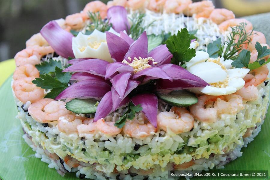 Салат с креветками и огурцом – фото шаг 11. Центр салата украсить «цветами» из яиц и красного лука. Приятного аппетита!
