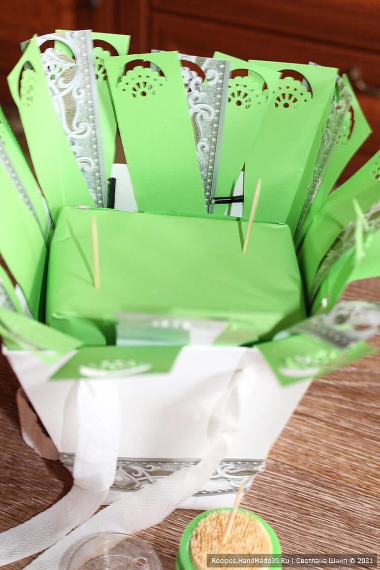 Как сделать букет из зефира в коробке – фото шаг 5