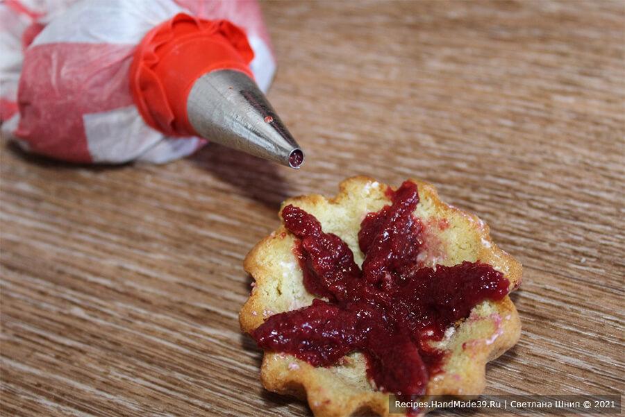 Пирожные «Корзиночки» с белково-заварным кремом – фото шаг 14. Приготовление пирожных «Корзиночки». Насадка для крема «трубочка»