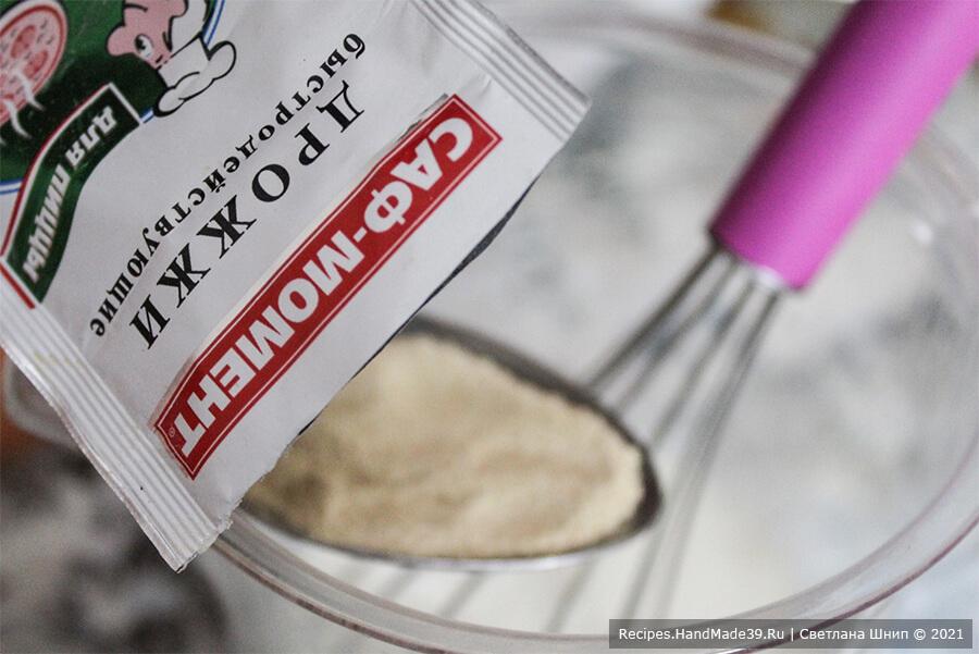 Булочки Синнабон – фото шаг 1. Приготовление теста: в тёплом молоке (не горячем) развести сухие дрожжи. Размешать венчиком