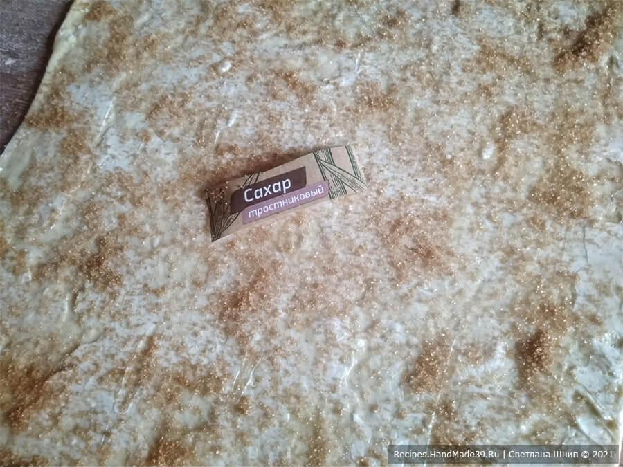Булочки Синнабон – фото шаг 6. Соединить сахар с корицей, равномерно присыпать тесто (с краями)