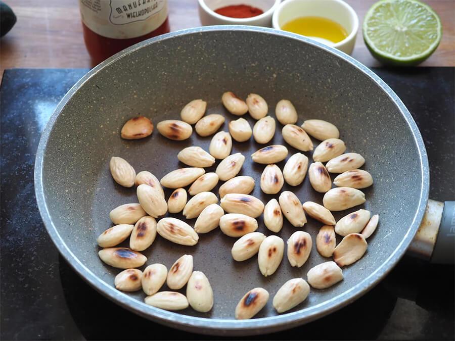 Томатный холодник Гаспачо – фото шаг 3. Обжарить миндаль в сухой сковороде до коричневого цвета