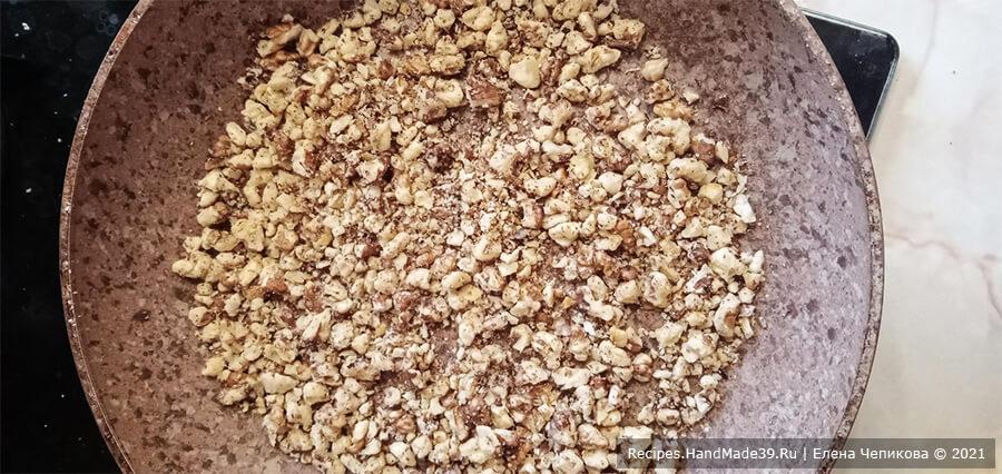 Торт из пряников и бананов – фото шаг 1. Очищенные грецкие орехи обжарить на сухой сковороде, порубить ножом