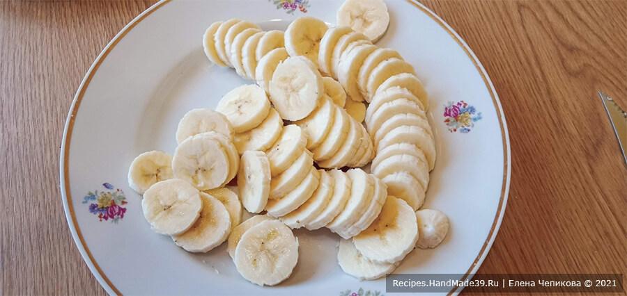 Торт из пряников и бананов – фото шаг 3. Бананы очистить от кожуры, нарезать кружочками