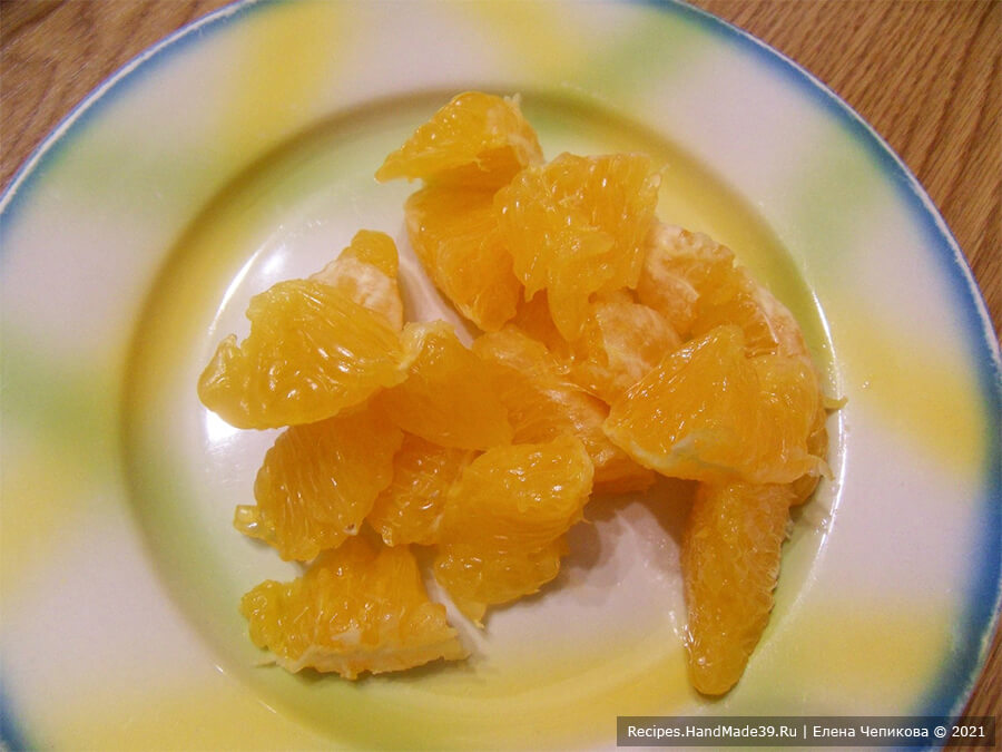 Салат по-мароккански – фото шаг 3. Второй апельсин очистить, разделить на дольки, каждую дольку разрезать пополам