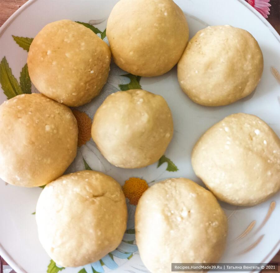 Творожный торт с заварным кремом – фото шаг 6. Замесить тесто, разделить его на 8 колобков и убрать на 1 час в холодильник