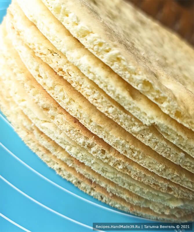 Творожный торт с заварным кремом – фото шаг 8. Горячие коржи сразу обрезать по нужному диаметру
