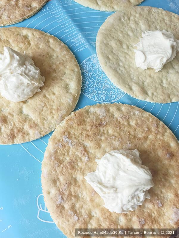 Творожный торт с заварным кремом – фото шаг 14. Сборка торта: на коржи нанести крем