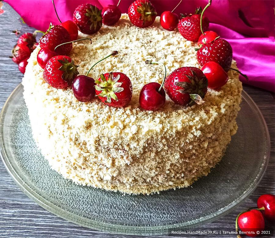 Творожный торт с заварным кремом – фото шаг 16. Собрать коржи, бока и верх торта смазать кремом. Обрезки от коржей измельчить и обсыпать торт