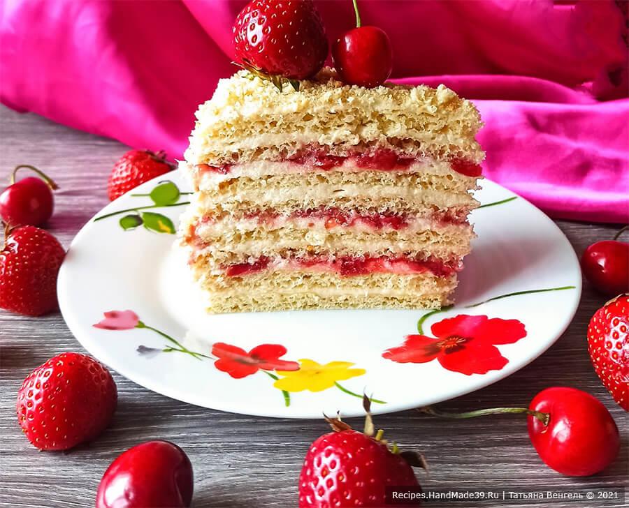 Творожный торт «Наполеон» с заварным кремом и клубнично-черешневой начинкой