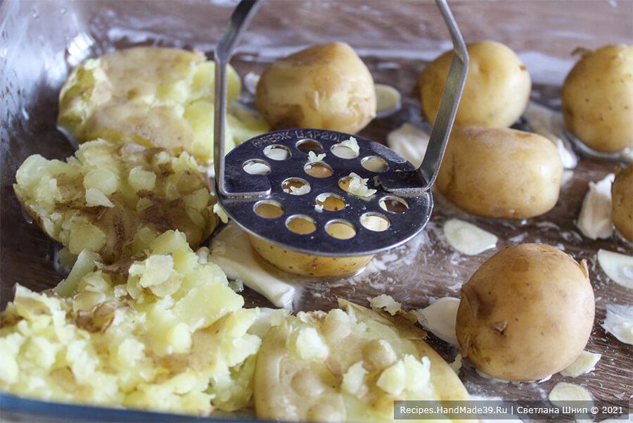 Картофель по-португальски – фото шаг 4. Картофель выложить в форму и немного придавить толкушкой