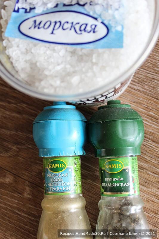 Картофель по-португальски – фото шаг 5. Посыпать картофель солью, розмарином. По желанию добавить любимые специи