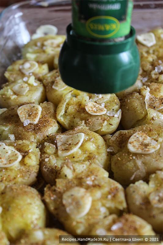 Картофель по-португальски – фото шаг 6. Выложить на каждую картофелину кусочек сливочного масла или полить картофель оливковым маслом