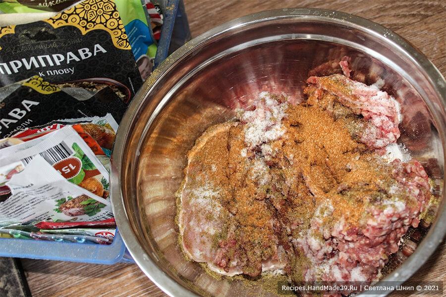 Фаршированный картофель в рукаве – фото шаг 3. В мясной фарш добавить специи