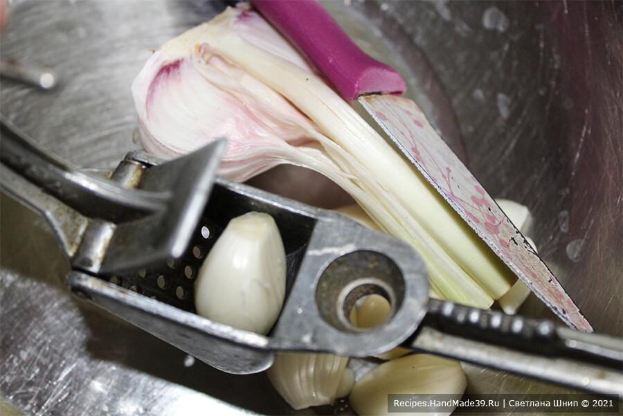 Курица, фаршированная рисом и яблоками – фото шаг 1. Чеснок очистить, пропустить через пресс