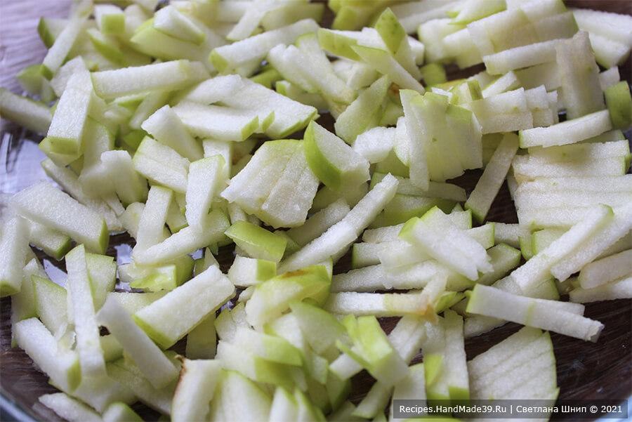 Курица, фаршированная рисом и яблоками – фото шаг 2. Яблоки нарезать кубиками или брусочками