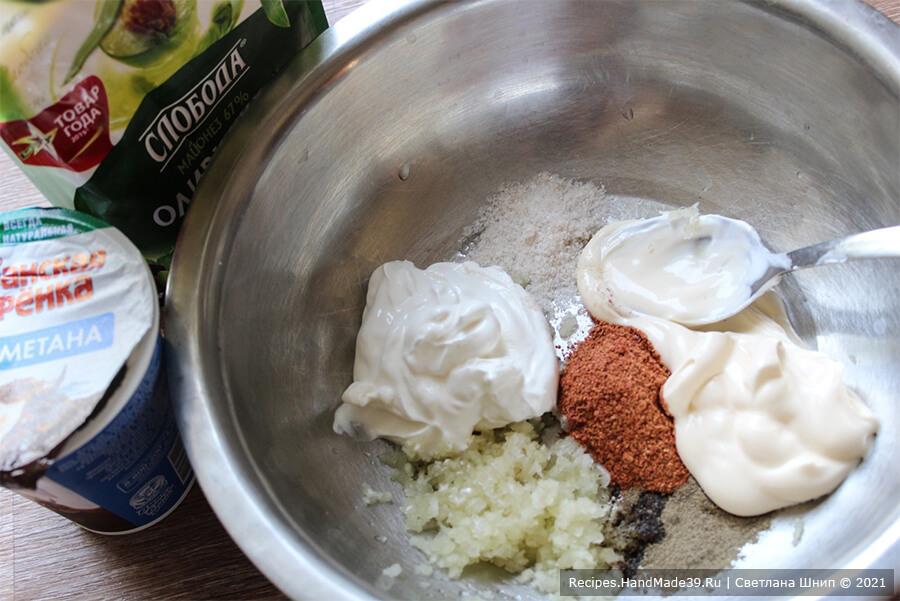 Курица, фаршированная рисом и яблоками – фото шаг 4. Соединить майонез, сметану, специи, оставшийся чеснок, пропущенный через пресс