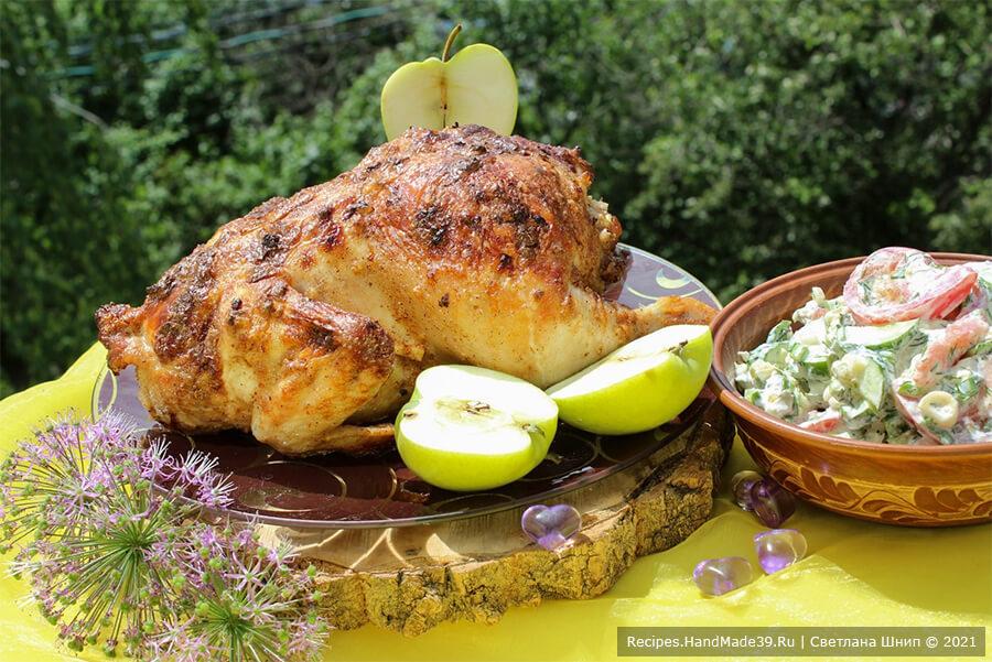 Курица, фаршированная рисом и яблоками – фото шаг 7. Дать курице 15-20 минут постоять в выключенной духовке, после чего переложить на блюдо и подать к столу. Приятного аппетита!