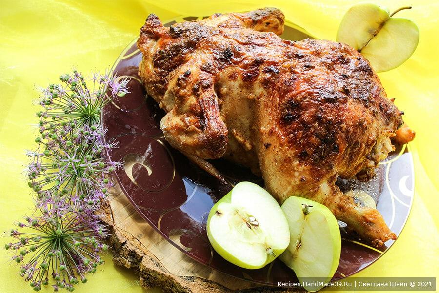 Курица, фаршированная рисом и яблоками, запечённая в духовке