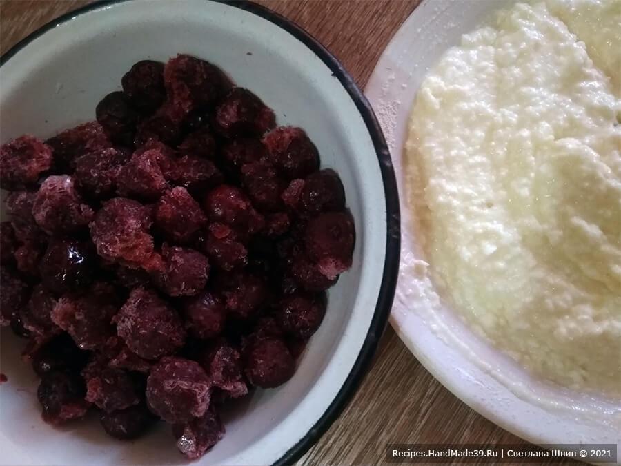 Шоколадные вареники – фото шаг 6. Можно приготовить комбинированную начинку, соединив творожную с вишней