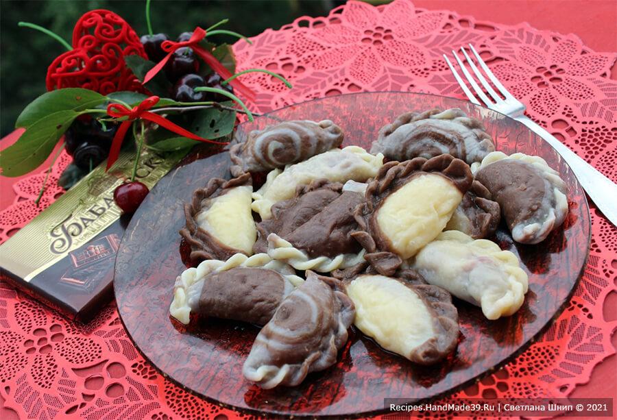 Шоколадные вареники с вишней и творогом