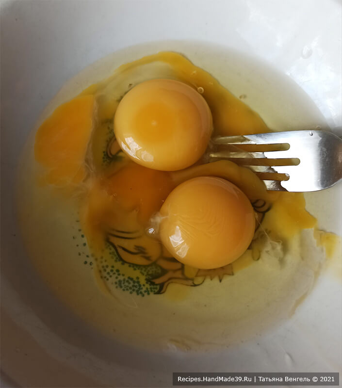 Медовик шоколадный на сковороде – фото шаг 3. Яйца размешать вилкой