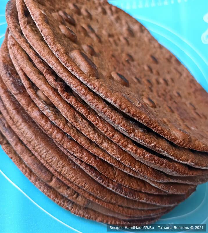 Медовик шоколадный на сковороде – фото шаг 9. Готовые коржи обрезать по нужному диаметру