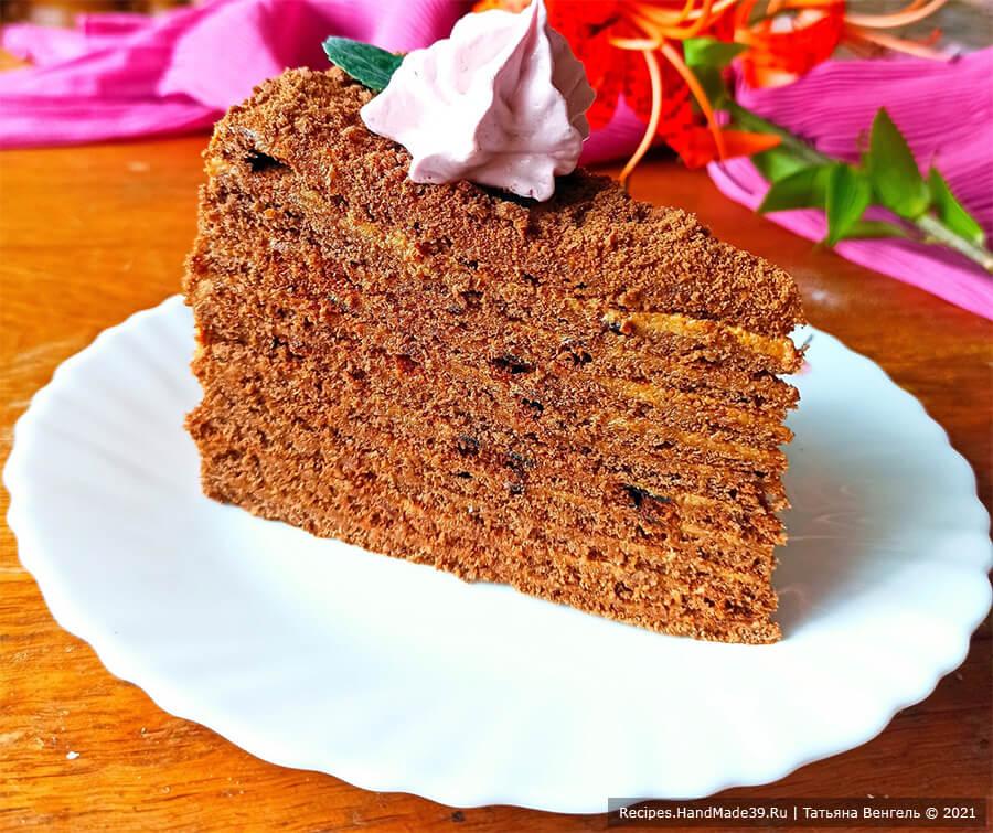 Медовик шоколадный на сковороде – фото шаг 12. Украсить торт по вкусу. Приятного аппетита!