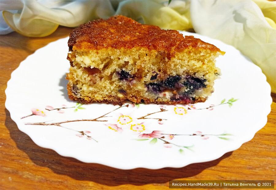 Пирог из творожного теста с черешней и черникой
