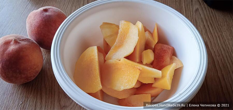 Персиковый мохито – фото шаг 1. Персики вымыть, по желанию очистить от кожуры, удалить косточку. Мякоть персиков мелко нарезать