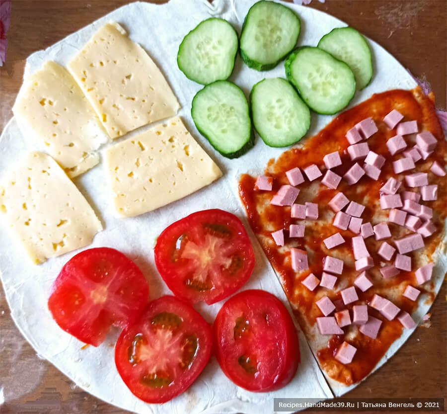 Пирог из лаваша – фото шаг 1. На сегменты лаваша выложить дольки помидоров, кружки огурца и ломтики сыра