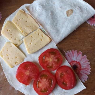Пирог из лаваша – фото шаг 2. Аккуратно завернуть лаваш по сегментам