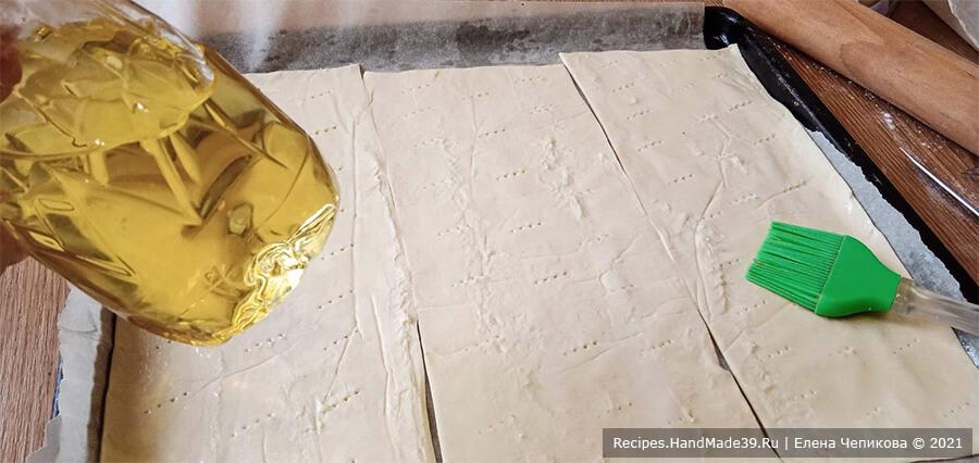 Закусочный торт «Наполеон» – фото шаг 11. Выложенное на противень слоёное тесто наколоть вилкой, смазать растительным маслом