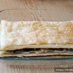 Закусочный торт «Наполеон» – фото шаг 14. На начинку выкладывается следующий пласт теста