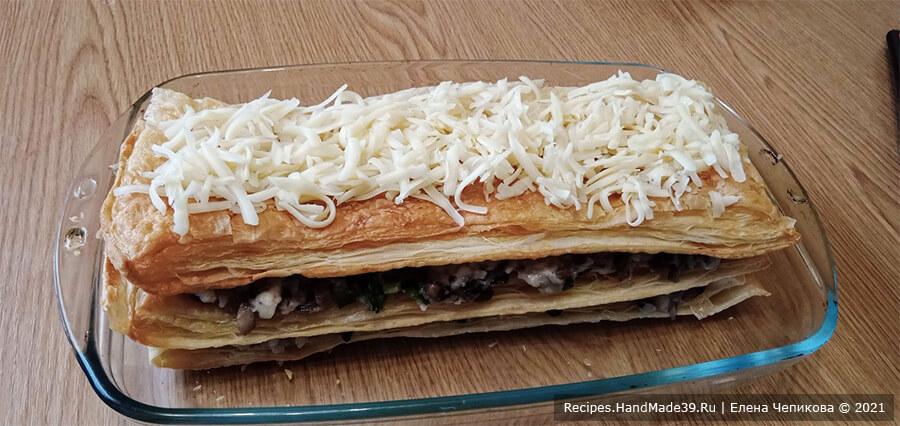 Закусочный торт «Наполеон» – фото шаг 17. Посыпать верхний пласт оставшимся сыром. Запекать в духовке 5 минут