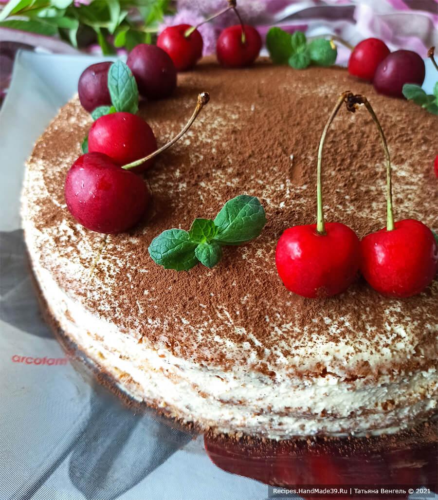 Торт «А-ля тирамису» – фото шаг 14. Края и верх торта смазать кремом, присыпать верх какао-порошком. Украсить на свой вкус
