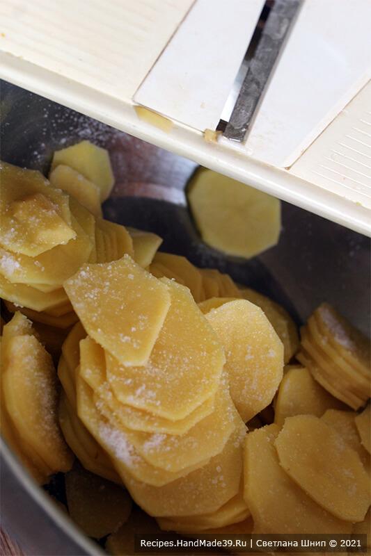 Рулетики из кабачков с фаршем – фото шаг 4. Картофель натереть тонкими пластинками. Посолить